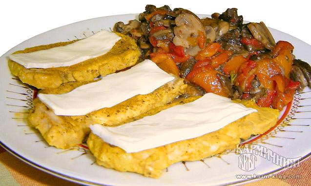 Панирани пилешки гърди с топено сирене и гарнитура от гъби и печени чушки