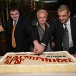 Синът Мартин, Алена и съпруга й Андрей разрязват празничната торта